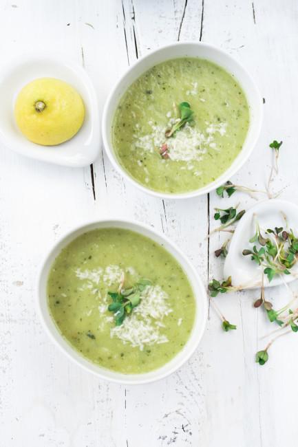 Kohlrabi Zucchini Suppe mit Kokosraspeln und Radischensprossen-3
