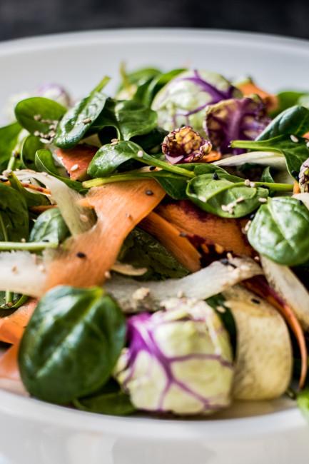 Gesunde Küche: Wintersalat aus Spinat, Rosenkohl und Karotten