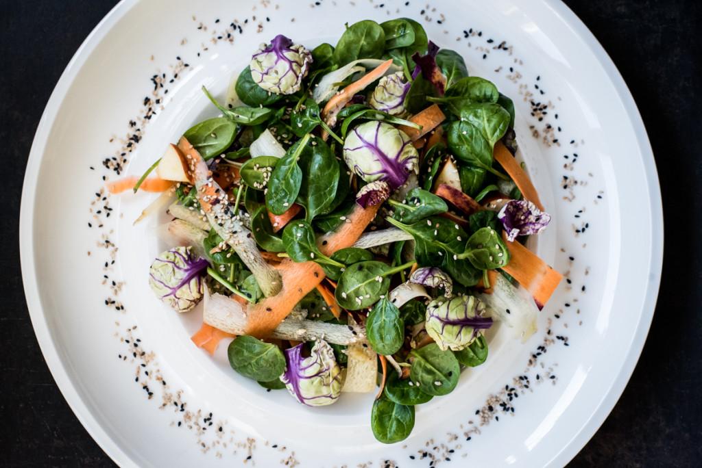 Raw Food: Rosenkohl und Spinat als Salat