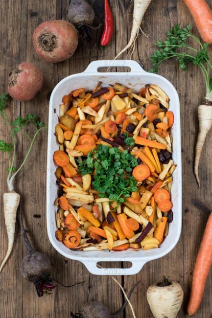 Winterernte Pastinaken, Petersilienwurzeln, Beten und Steckrüben - Rezept für Ofengemüse