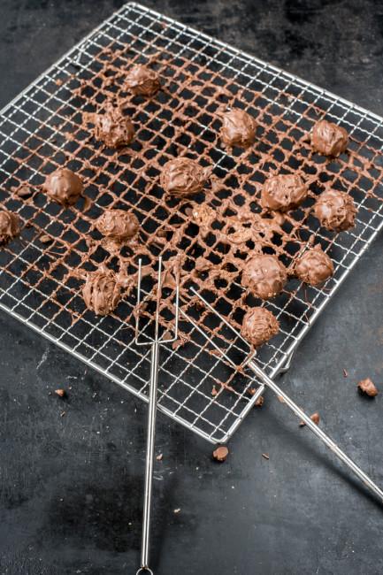Pralinen aus Schokoladen- und Keksresten mit Frischkaese