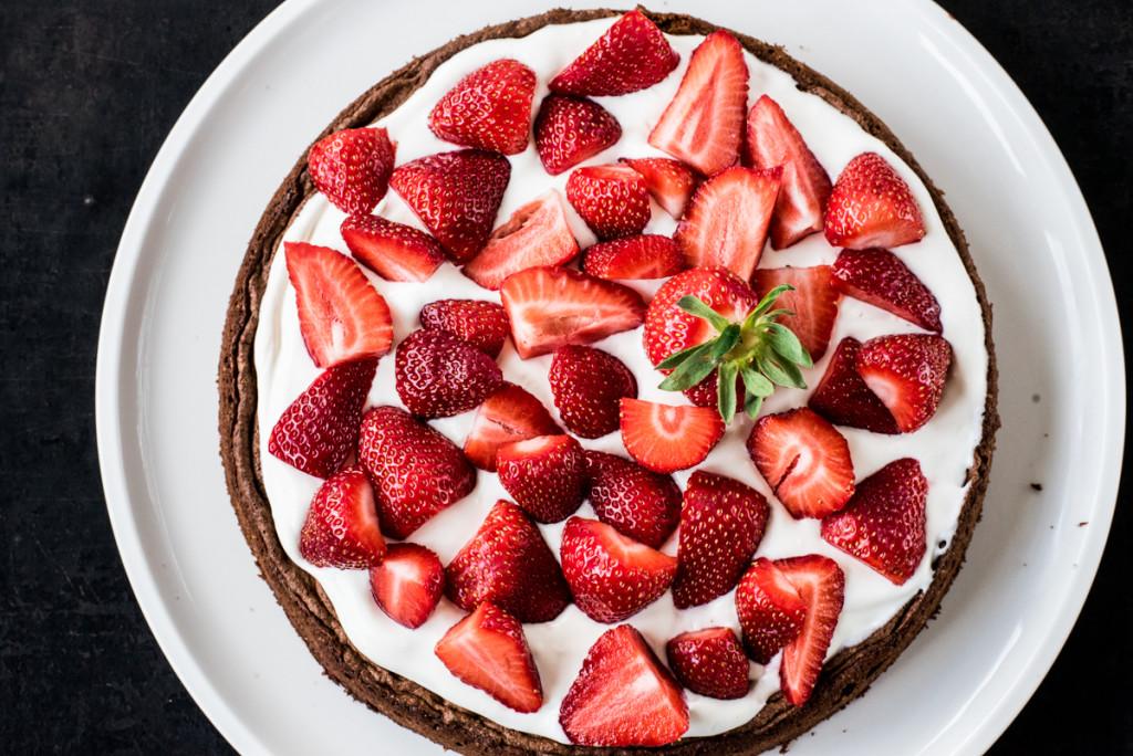 Schokoladen-Brownies mit Frischkaesecreme und Erdbeeren