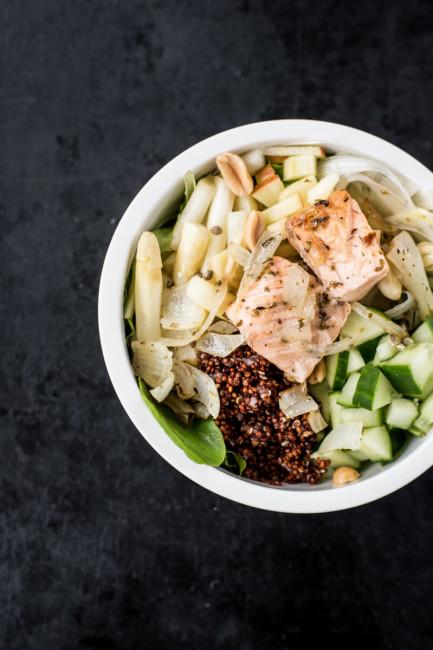 Gesunder Miagssnack: Salat mit Spargettl und Lachs