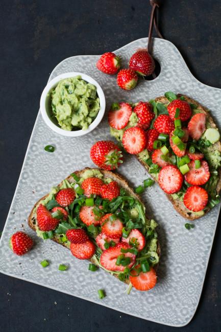 Avocadostullen mit Erdbeeren und Lauchzwiebeln