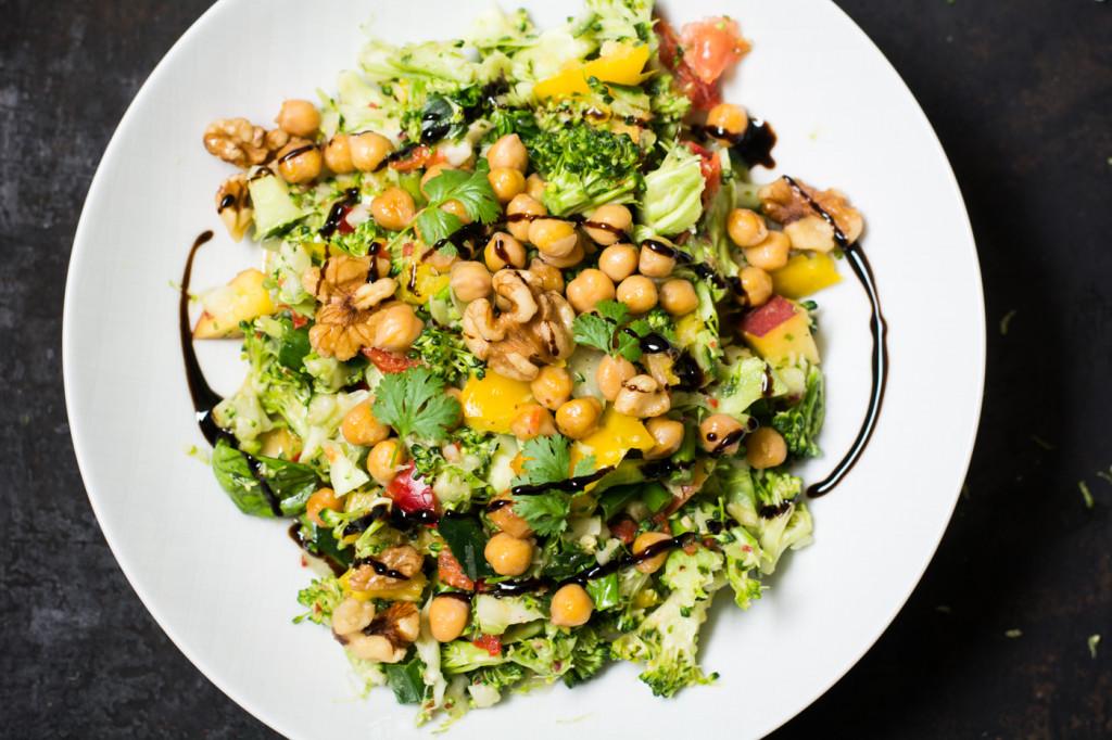 Brokkolisalat mit Kichererbsen und Pfirsichvinaigrette-2