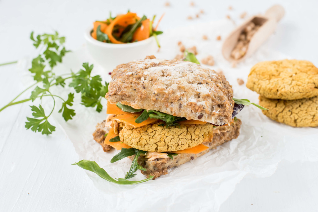 Vegetarischer Burger mit Kichererbsen-Curry-Pattie