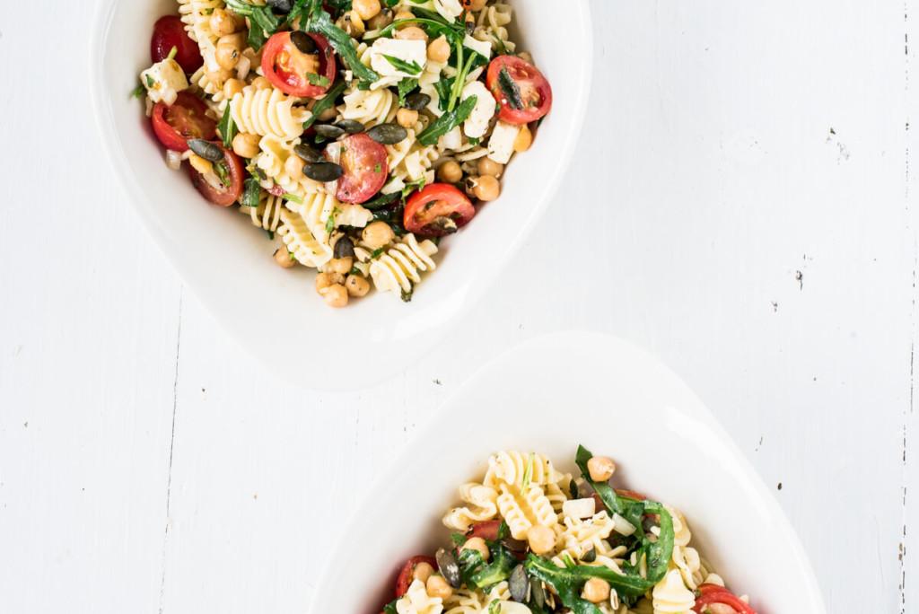 Nudelsalat für's Picknick: Kichererbsen, Feta und Rucolasalat