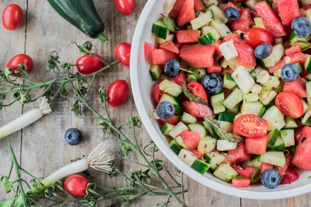 Saisonkalender Juli und August: Melonensalat mit Käse, Kräutern und Olivenöl