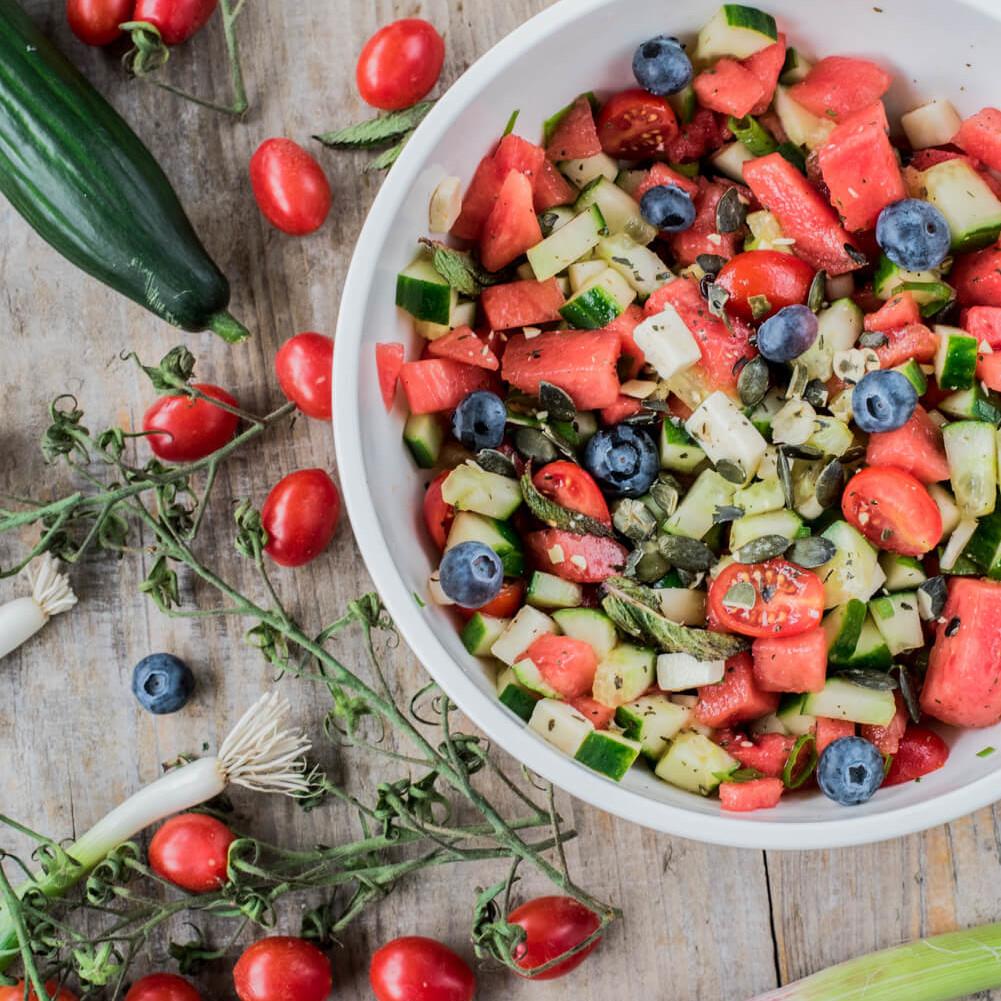 Wassermelonensalat mit Blaubeeren und Tomaten