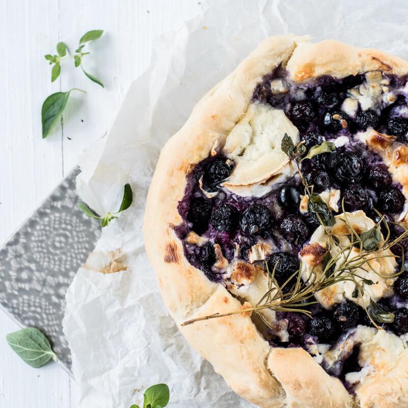 Ziegenkäse-Blaubeer-Brot zum Wein