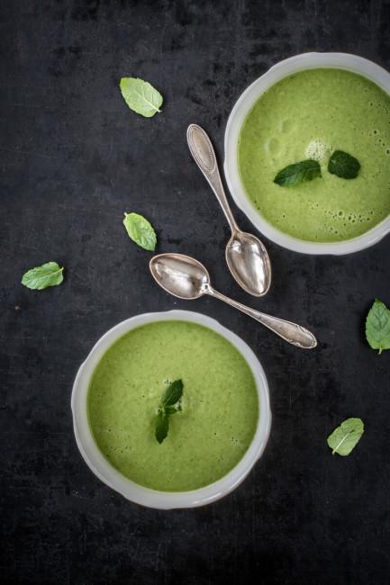Grüne Gurkensuppe mit Minze