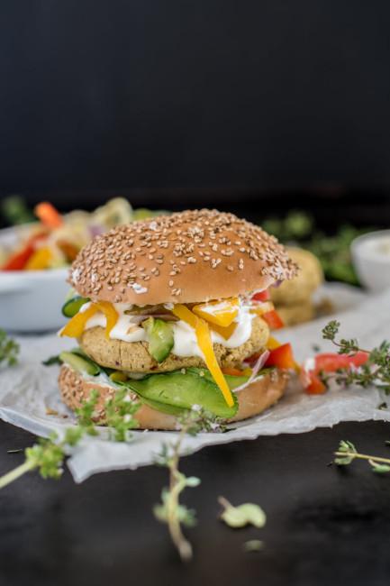 Veggie-Burger mit Gemüse und Knoblauch