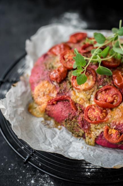 Focaccia mit rotem Teig, Kräutern und Mozzarella: Partyfood