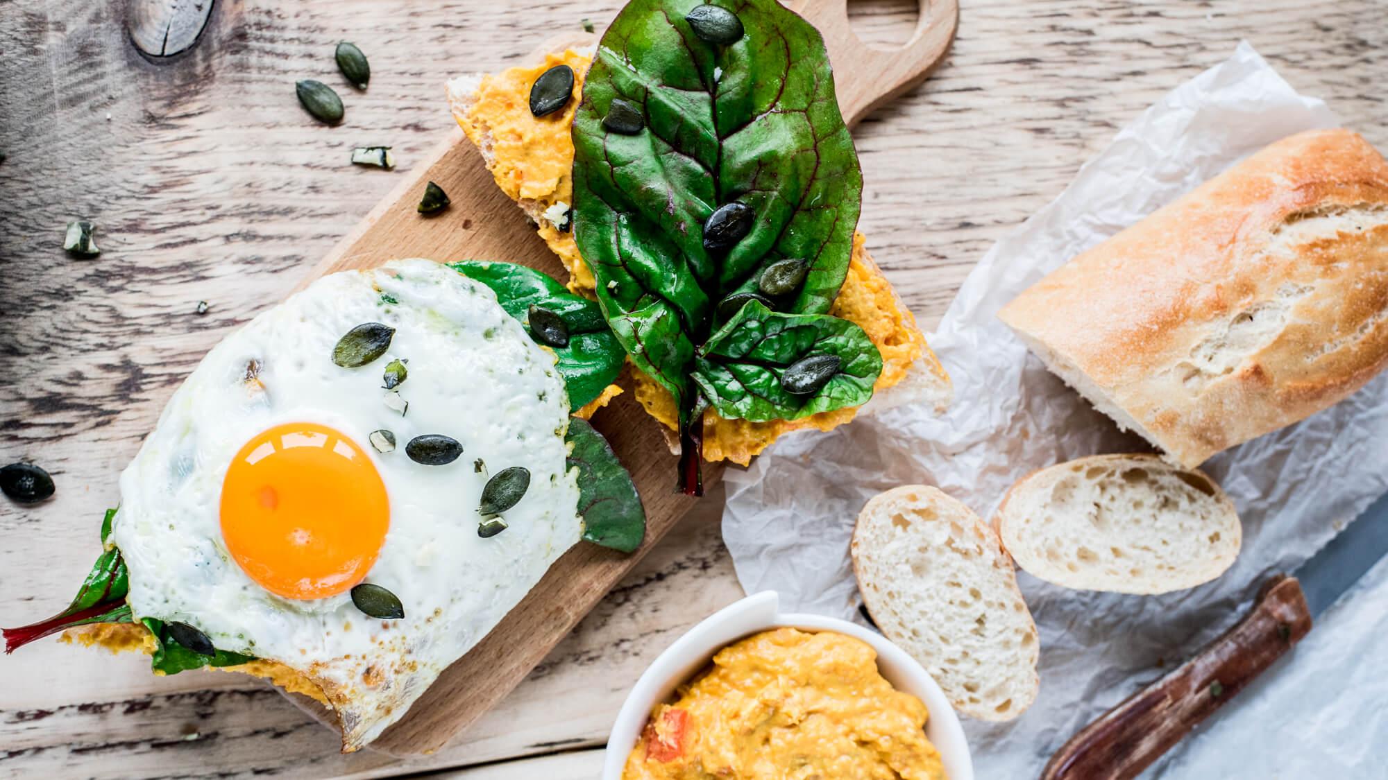 Herbstburger: Spiegelei, Kürbis-Linsen-Mus und Salat