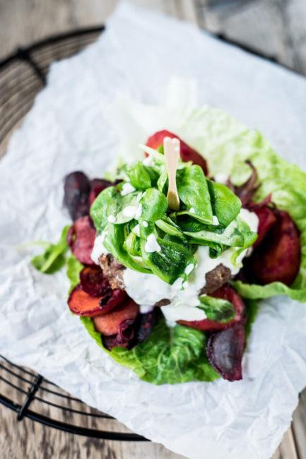 Rindfleisch-Burger mit Karotten und Feldsalat - Rezept für Low Carb Burger