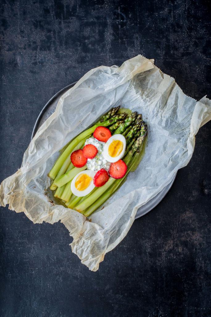 Ofen-Spargel mit Erdbeeren und Ei