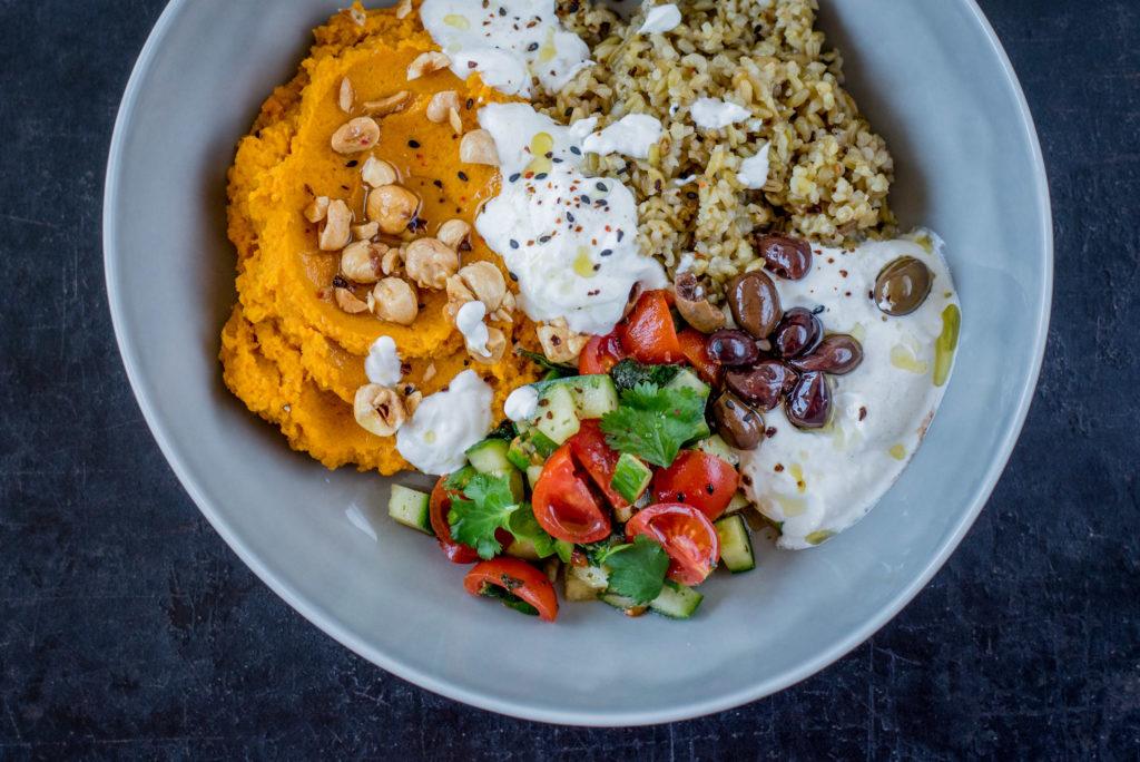 Kochen mit Freekeh - Bowl mit Hummus und Freekeh