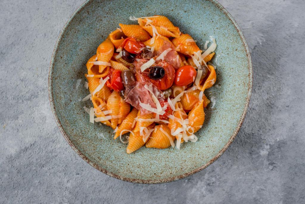 Rösttomaten-Pasta Nudeln mit Fenchelsalami und Taggiasca-Oliven